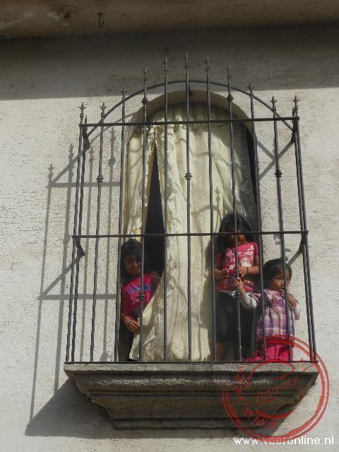 Kinderen in het raamkozijn in Ciudad Vieja