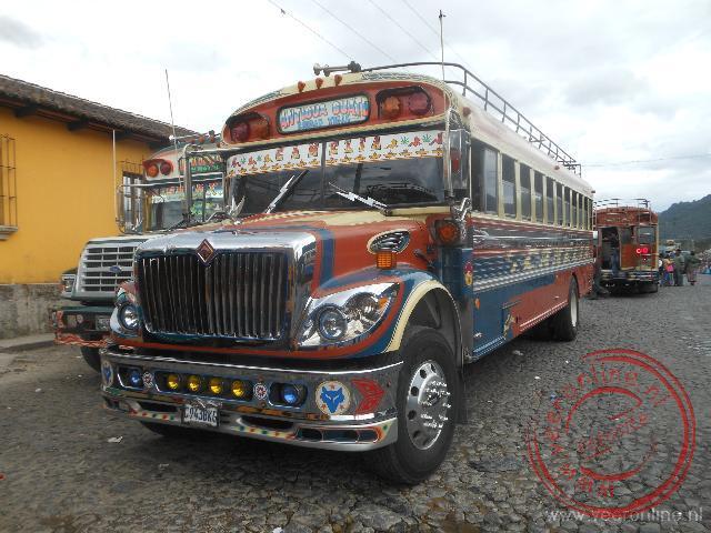 Een rijk versierde oude Amerikaanse schoolbus in Antigua
