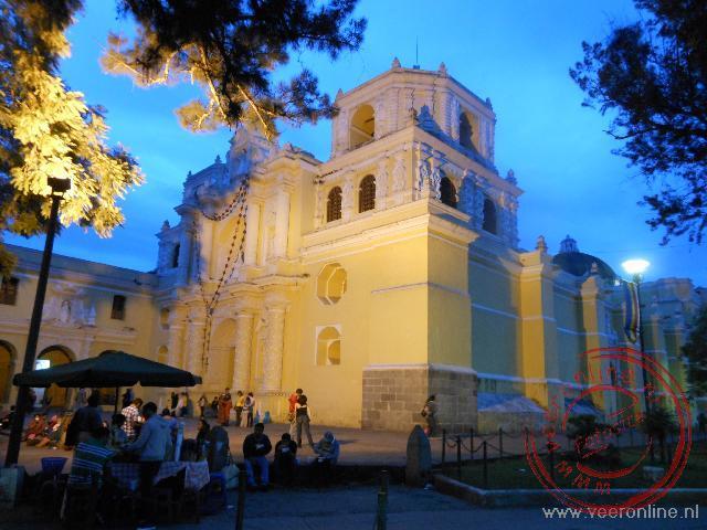 De oker gele Merced kerk in het centrum van Antigua