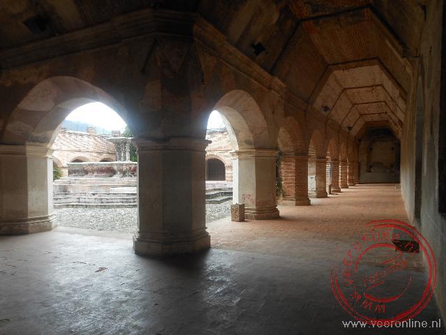 De kloostergang van de Merced is beschadigd tijdens de aarbeving