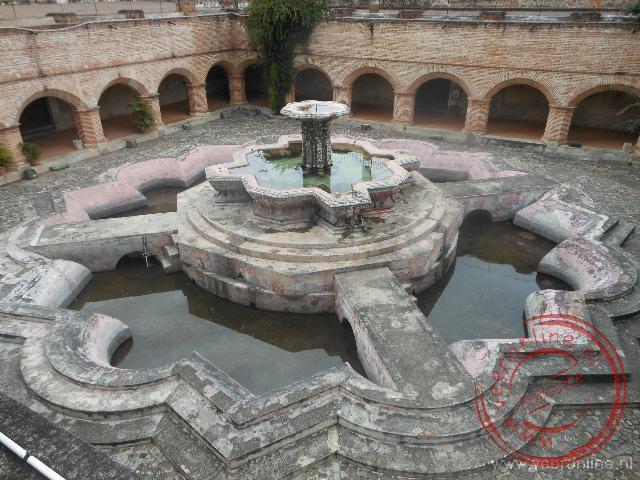 De fontein heeft de aardbeving redelijk doorstaan, het omliggende klooster niet
