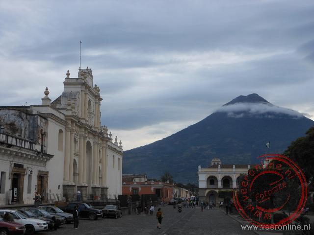 Het centrale plein van Antigua met op de achtergrond een van de vulkanen