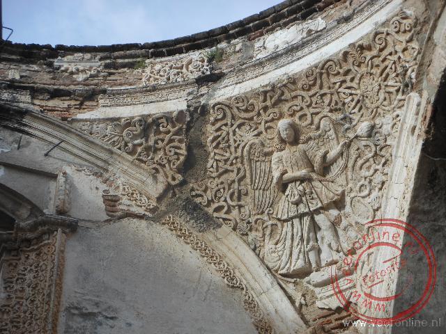 Oude bogen van de kathedraal beschadigd tijdens de aardbeving