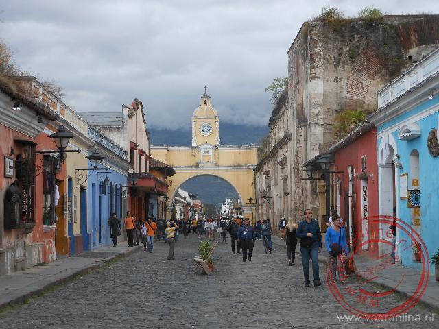 De Arco de Santa Catalina over de straat is een herkenbaar beeld van Antigua