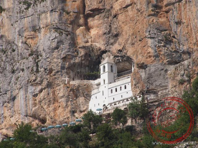 Het upper Ostrog Monastery ligt tegen de berghelling aangeplakt