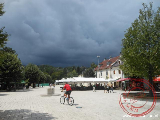 Het plein in Cetinje vlak voor een regenbui