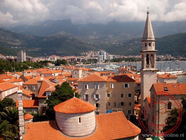 Het uitzicht op het historische Budva