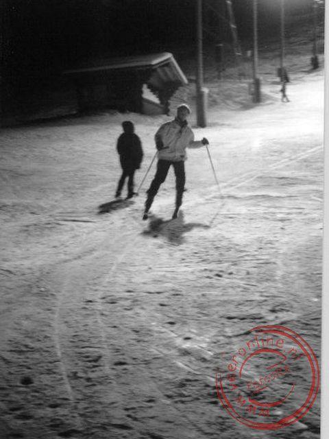 Marjan op de ski s met kunstlicht op de piste