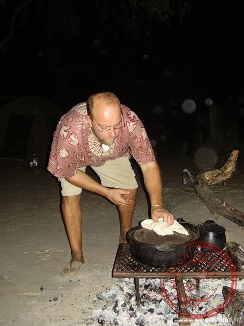 Thomas kookt het maal op het kampvuur