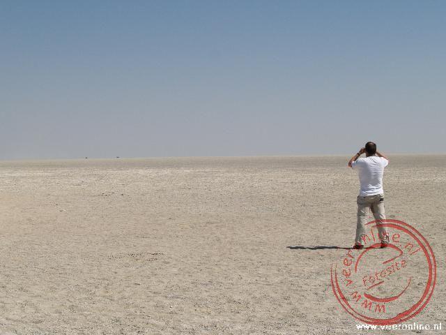 De drooggevallen Etosha Pan is één grote zoutvlakte
