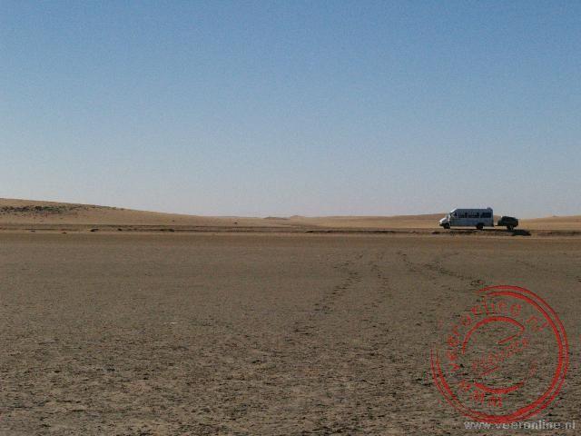 De minibus in de woestijn van Namibië