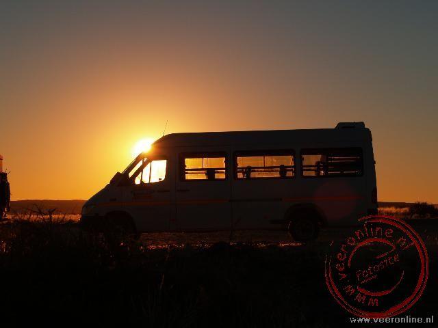 De minibus in de ondergaande zon