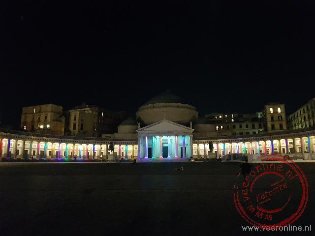 Het kleurrijk verlichte Basilica Reale Pontificia