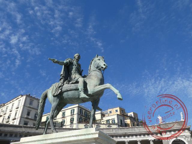 Een standbeeld op het Piazza del Plebiscito