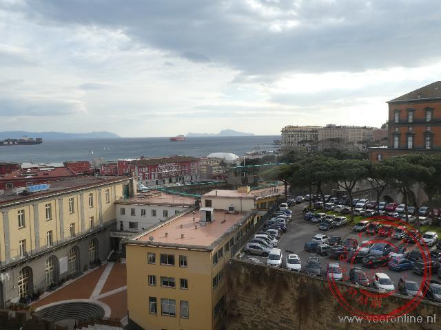 De haven van Napels vanuit het kasteel