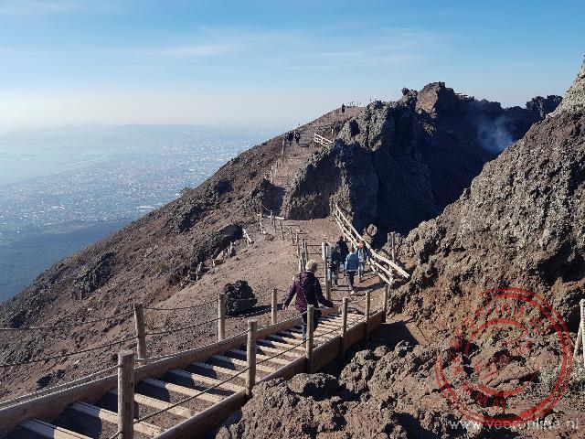 Lopen over de kraterrand van de Vesuvius