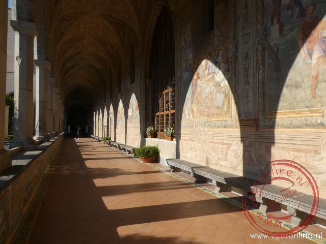 De kloostergang van het Santa Chiara klooster