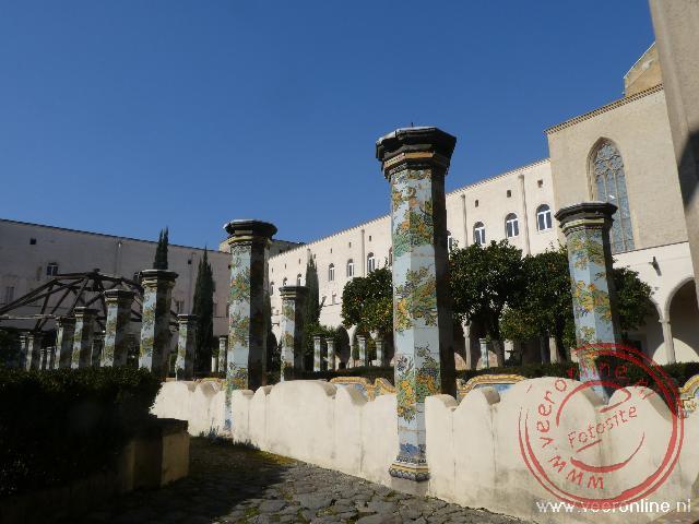 De gedecoreerde pilaren in de kloostertuin