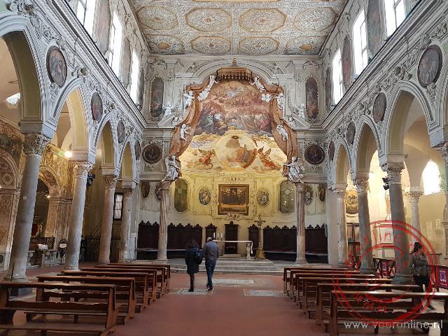 De 6de eeuwse Baptistenkerk van San Giovanni ligt in de Dom