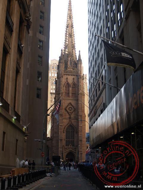 De Trinity Church was ooit het hoogste gebouw van New York. Nu staat het in de schaduw van de hoge wolkenkrabbers