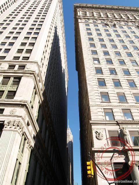De wolkenkrabbers in het financiele district staan zo dicht op elkaar, dat nauwelijks daglicht het straatniveau bereikt