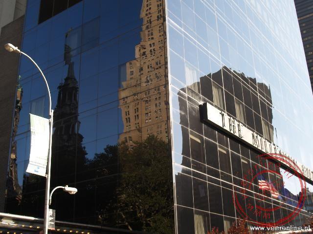 De weerspiegeling van de hoge gebouwen