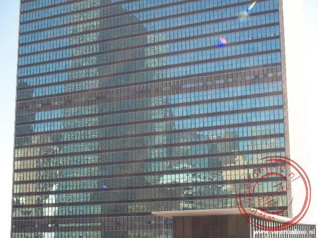 De wierspiegeling van de stad in het gebouw van de Verenigde Naties (U.N. Gebouw)
