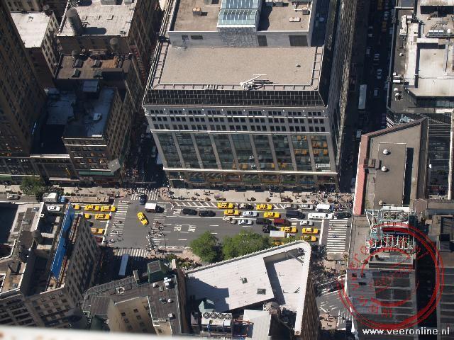 De taxis rijden als kleine gele mieren door de straten