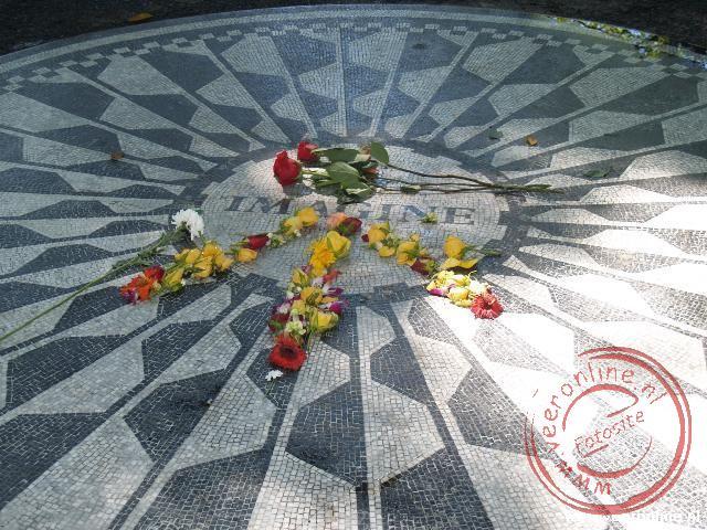 De gedenksteen voor John Lennon in de Strawberry Fields in Central Parks