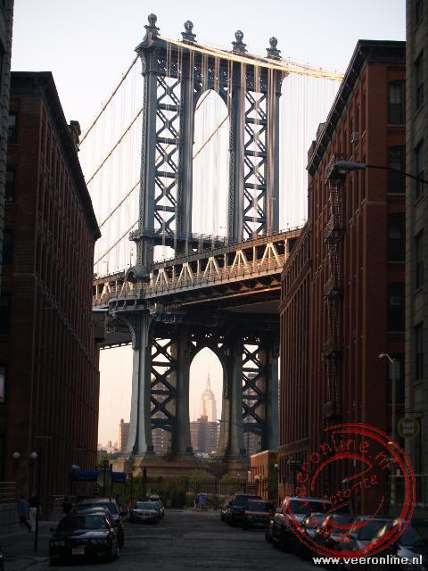 De pijler van de Manhattan Bridge op Brooklyn, met tussen de pijler door nog net de Empire State Building