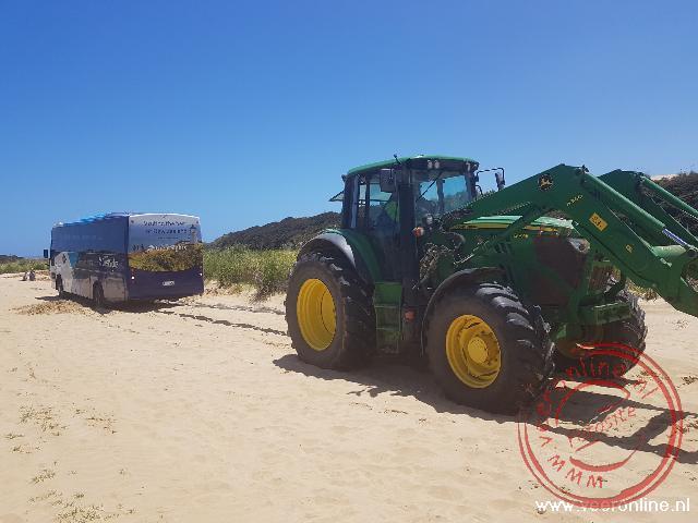 De bus zit vast in het zand op de Ninty miles beach