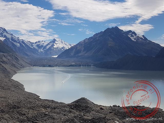 De met stenen bedekte Tasman gletsjer komt uit in het Tasman meer