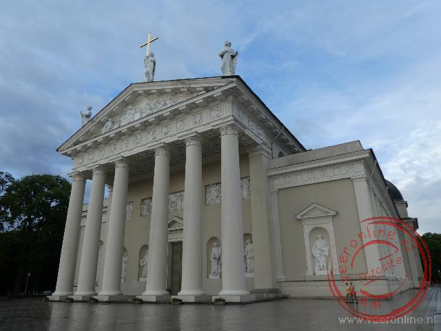 De opvallende kathedraal van Vilnius lijkt op een Griekse tempel