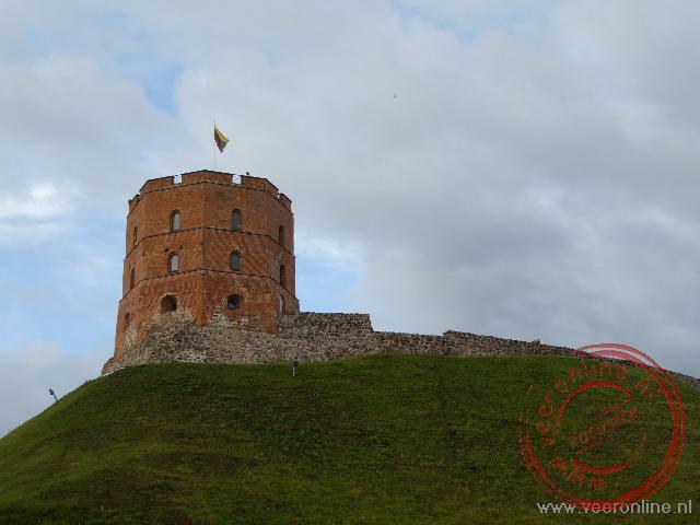 Het fort van Vilnius steekt boven de stad uit