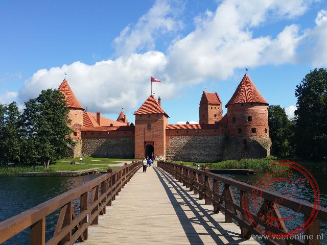 De brug geeft toegang tot de waterburcht van Trakai