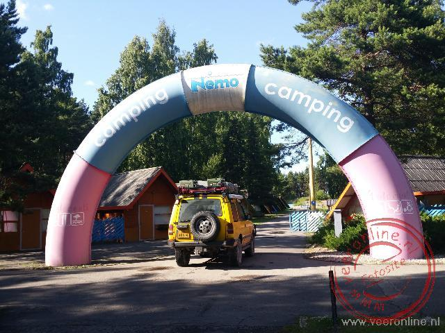 De toegangspoort van camping Nemo nabij Riga