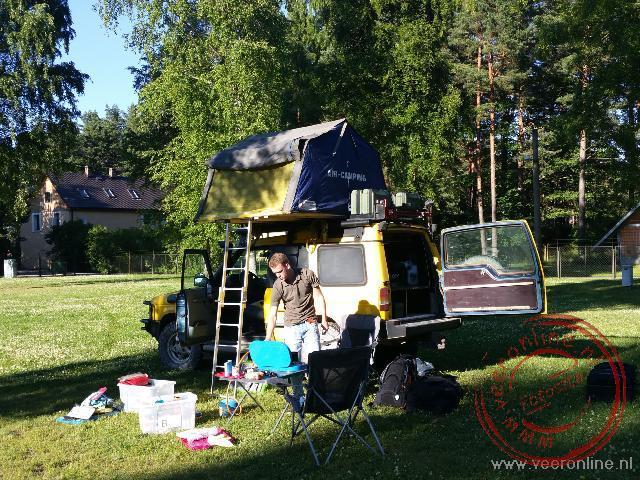 Overnachten in de tent op het dak van de auto