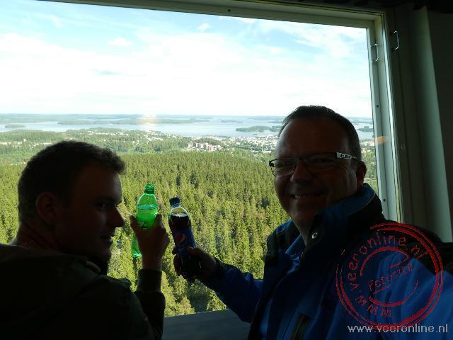 Een toost op de Puijo toren in Kuopio