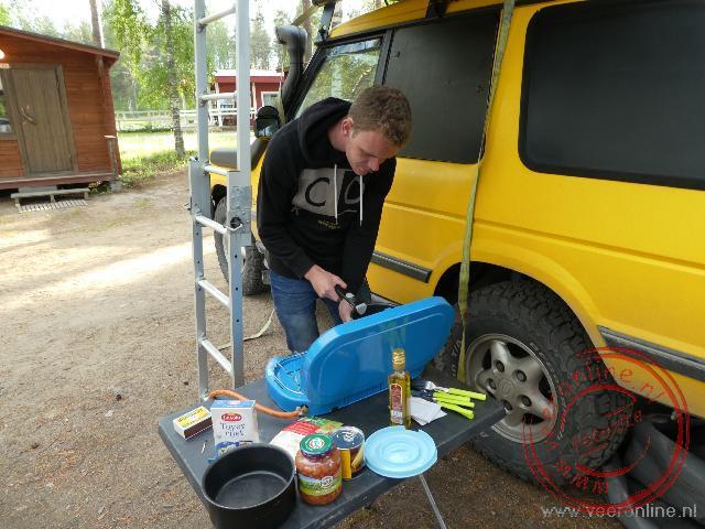 het bereiden van de maaltijd bij het trekkershutje