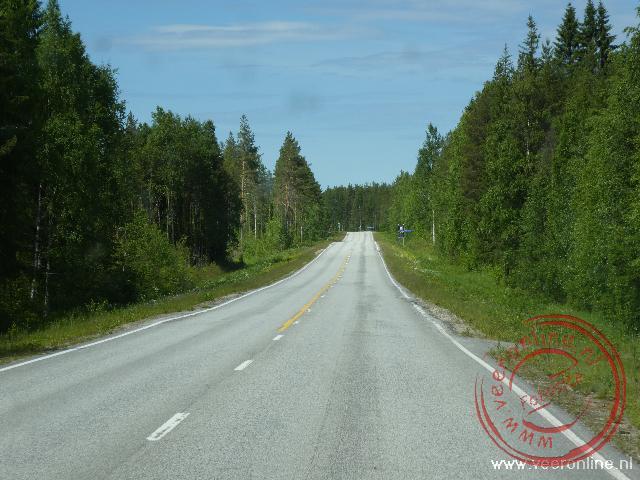 De eindeloze wegen door de Finse bossen