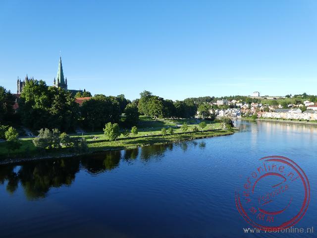 Trondheim weerspiegelt in de rivier
