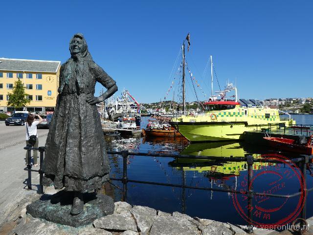 Het visser vrouwtje in de haven van Kristiansund