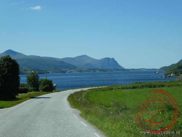 Via een smalle weg rijden we naar de Atlanterhavs route