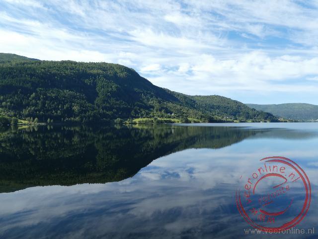 De bergen weerspiegelen in het fjord