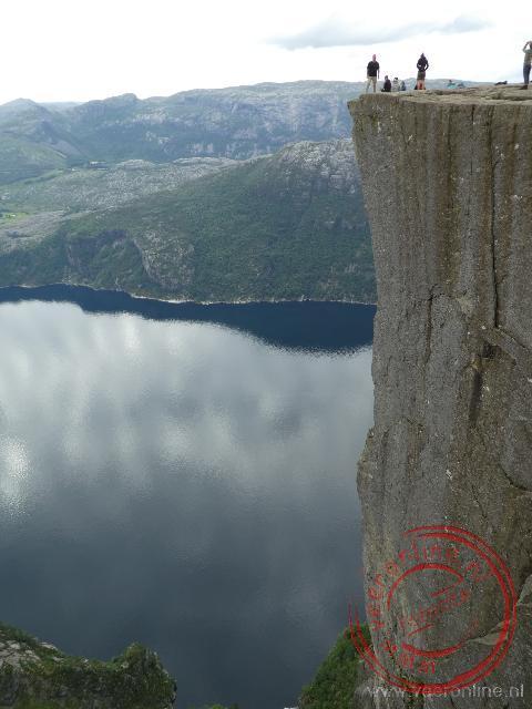 De Preikestolen steekt recht omhoog uit het Lysefjord