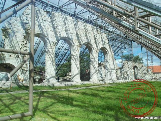 De 12de eeuwse Kathedraal van Hamar. De Dom in in 1567 grotendeels door brand verwoest. De glazen overkapping moet verdere beschadigingen voorkomen.