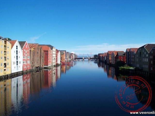 Het prachtige uitzicht over de kleurrijke houten pakhuizen langs het water.