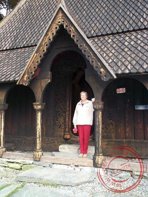 Rita voor de ingang van de Staafkerk
