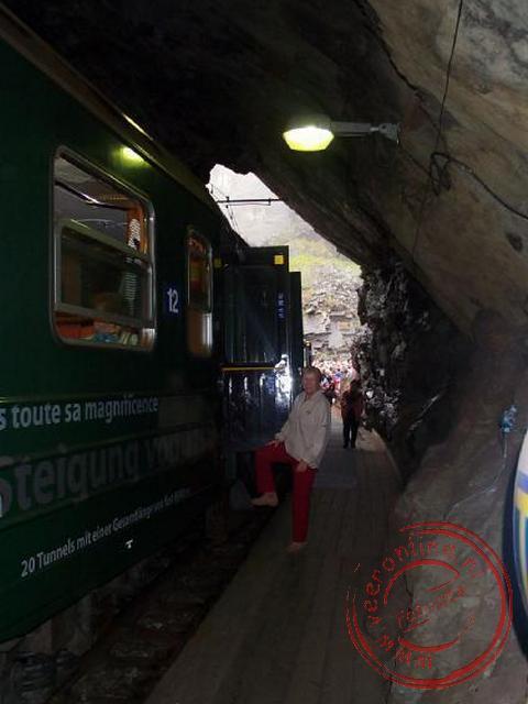 De trein stopt onderweg om iedereen een foto te laten maken van de waterval
