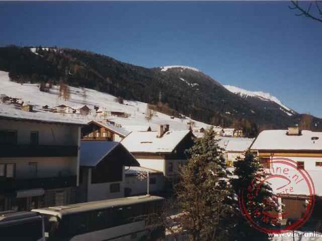Uitzicht op de piste vanuit het dorpje